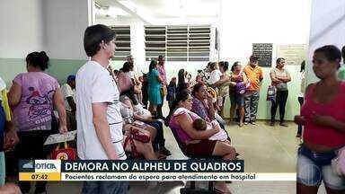 Pacientes reclamam de espera para atendimento em hospital de Montes Claros - Dona de casa falou que foi orientada pelos atendentes a dar remédios para o filho de seis meses. Funcionários do Hospital Alpheu de Quadros não explicaram motivo da demora.