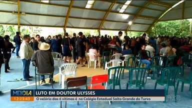 Muita gente vai ao velório das 6 vítimas do acidente em Doutor Ulysses - A caminhonete começou a ser retirada da ribanceira onde caiu na PR-092