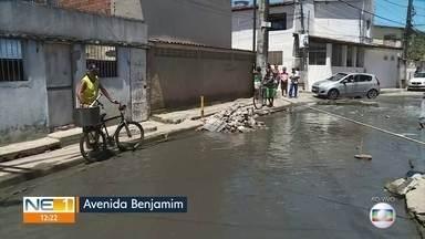 Moradores de Rio Doce denunciam descaso com avenida - Via fica alagada mesmo quando não está chovendo.