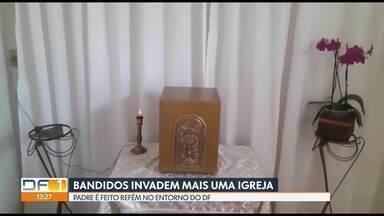 Bandidos invadem igreja em Planaltina de Goiás - Um padre foi feito refém. Ele teve os pés e a as mãos amarradas e ficou preso dentro do banheiro por volta de cinco horas.