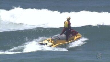 Corpo de turista que desapareceu no mar em Guarujá é enterrado em Bauru - Lucas Moreti, de 28 anos, estava desaparecido desde sexta-feira (11), quando foi nadar com o irmão e acabou arrastado por uma corrente de retorno.