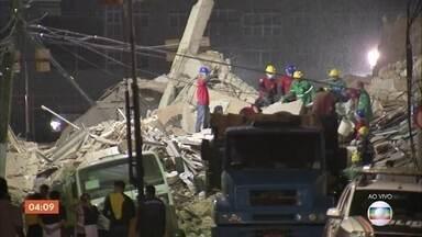 Equipes seguem na busca por sobreviventes após desabamento de prédio em Fortaleza - Os Bombeiros confirmaram a primeira morte.