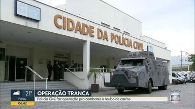 Polícia realiza operação contra roubo de carros - A Delegacia de Roubos e Furtos de Automóveis realiza uma operação Tranca contra ladrões de carros, receptadores e traficantes. Policiais estão nas ruas para cumprir mandados de prisão.