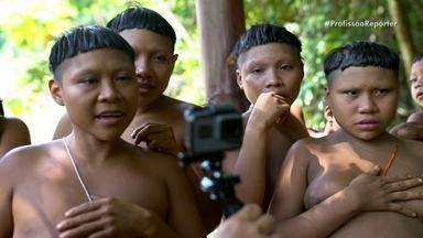 Equipe fica de quarentena para encontrar índios Korubo - Os jornalistas Danielle Zampollo e Maycom Mota passaram 25 dias na Amazônia. Em uma viagem cheia de aventuras e riscos, o programa revela ameaças crescentes a um trecho remoto da floresta e a seus povos.