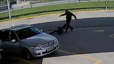 Baleado e espancado por guarda durante assalto é considerado inocente e solto - A divulgação de imagens de um assalto em um posto de gasolina, na Grande São Paulo, causou uma reviravolta na investigação e revelou uma sucessão de erros. Um homem foi preso por engano e acabou solto na noite desta quarta (16). Ele foi o único sobrevivente de um carro que guardas municipais confundiram com o de bandidos. Os guardas atiraram contra o carro e duas pessoas morreram.