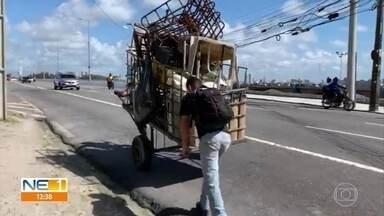 Vigilante ajuda catador de material reciclável a empurrar carroça em ponte no Recife - Carroça estava carregada de ferro e plástico e demonstração de gentileza ocorreu na Ponte Paulo Guerra, no Pina.