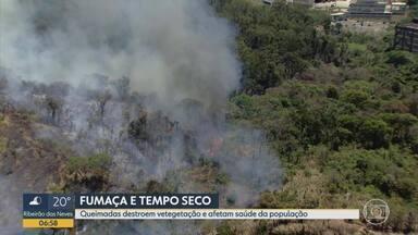 Fumaça causada por incêndios toma conta de Belo Horizonte - Corpo de Bombeiros monitora áreas que pegaram fogo na Grande BH. Região mais afetada pelos incêndios nesta quinta foi a Pampulha, que teve vários bairros cobertos pela fumaça.