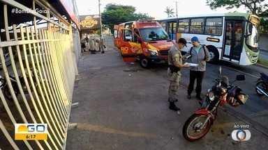 Atropelamento deixa uma pessoas ferida na Avenida São João, em Aparecida de Goiânia - Bombeiros fazem o socorro no local.