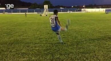 Em treino do Oeirense, Clebson acerta chutaço com efeito e manda bola para o gol; assista - Em treino do Oeirense, Clebson acerta chutaço com efeito e manda bola para o gol; assista