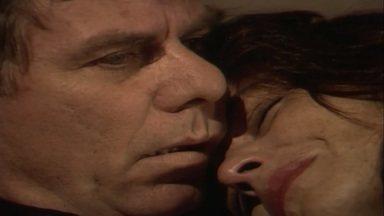 Capítulo de 18/08/1989 - Terto não deixa Carol comprar nada em sua loja. Helena tem uma crise de choro durante um jantar e confessa a Ascânio que está grávida.