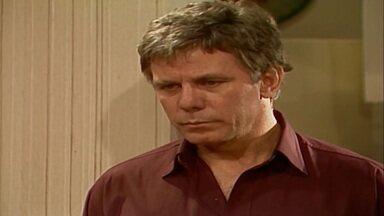Capítulo de 23/08/1989 - Ascânio pede o divórcio a Helena. Osnar leva comida para Carol. Filó deixa a porta aberta e Imaculada foge. Ricardo, Cosme e Ascânio chegam a Esplanada.
