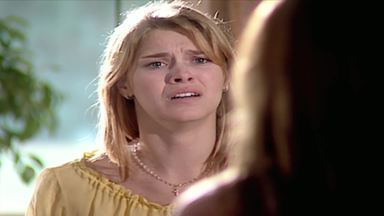 Capítulo de 12/10/2000 - Camila geme de dor e Íris fica impressionada. Cíntia fala com a ginecologista e tranquiliza Camila. Helena dá uma bronca em Íris. Maurinho pressiona Capitu.