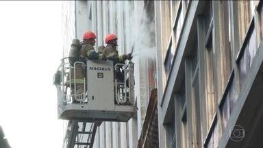 Três bombeiros morrem no combate a incêndio no Centro do Rio - Segundo a Polícia Civil, eles foram intoxicados pela fumaça. E mais três bombeiros estão internados.