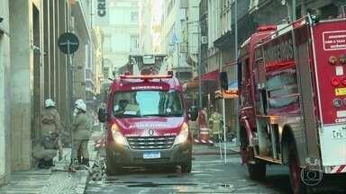 Três bombeiros morrem enquanto combatiam incêndio em uma boate no Rio - Os bombeiros morreram depois de inalar muita fumaça enquanto combatiam o fogo, apesar de estarem usando equipamentos de segurança, inclusive, máscaras.