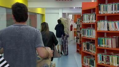 Crianças acampam na biblioteca do colégio Santa Inês, em Porto Alegre - Escola promove o projeto 'Noite na Biblioteca'.