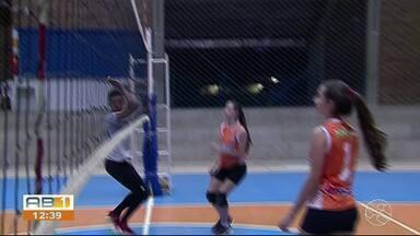 Irmãs gêmeas mostram talento no vôlei de praia - Dupla também estuda na mesma sala de aula.