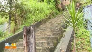 Moradores de Águas Compridas reclamam de escadaria abandonada - Prefeitura de Olinda afirmou que enviará equipes para fazer limpeza e vistoria.