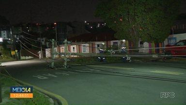 Acidente deixa moradores de Curitiba sem luz - Dois carros bateram e derrubaram vários postes.