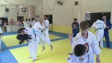 Projeto social forma novos judocas em Jacupiranga, no Vale do Ribeira - Entre os contemplados pela iniciativa, há deficientes auditivos, que, só de estarem nos tatames, já venceram um grande desafio.