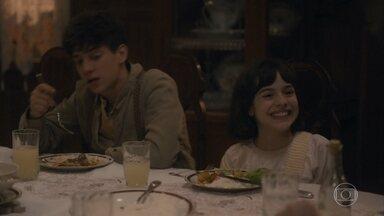 Durante o jantar Isabel fala de sua festa com Júlio - Lola se assusta ao ver Júlio colocar pimenta na comida
