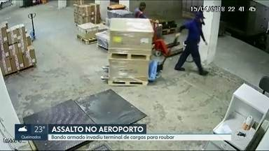 Bando armado invade terminal de cargas do aeroporto internacional para roubar - Funcionários ficaram sob a mira de armas e ninguém ficou ferido. Bandidos conseguiram fugir.