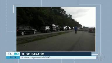 Acidente congestiona a BR-040 na subida para Serra de Petrópolis - Uma carreta tombou no sentido Minas.
