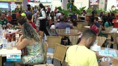 Público se reúne em shopping para acompanhar JN com Thiago Rogeh e Taís Lopes - Público se reúne em shopping para acompanhar JN com Thiago Rogeh e Taís Lopes