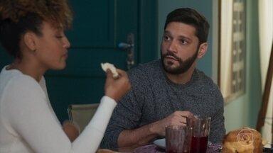 Diogo diz a Gisele que está tentando ter um filho com Nana - O assunto não agrada a assistente da empresária