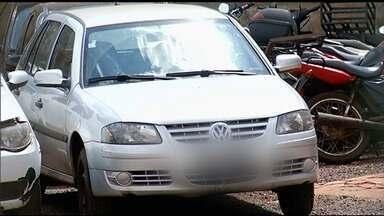 Adolescente é flagrado dirigindo carro com padrasto bêbado, mãe e duas crianças, em Jataí - Adultos não tinham CNH e não usavam cinto de segurança. Carro estava com documentação vencida e foi apreendido.