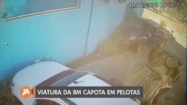 Viatura da Brigada Militar capota em Pelotas - A viatura foi atingida por uma caminhonete, os policiais estavam indo atender uma ocorrência e atravessaram o sinal vermelho.