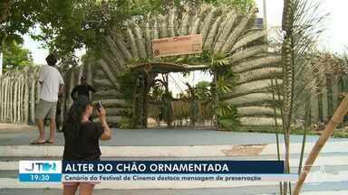 Cenário montado para o festival de cinema de Alter do Chão destaca mensagem de preservação - O que tá chamando atenção do turista é o cenário montado com matéria-prima da floresta.