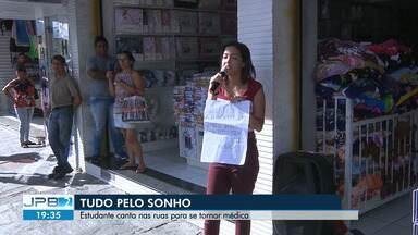 Estudante canta nas ruas de Campina Grande para conseguir se tornar médica - Thielly Lohane é de Minas Gerais e faz medicina em Campina Grande. Ela canta para manter os estudos.