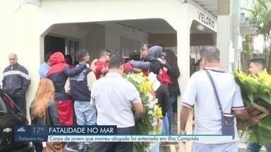 Corpo de jovem que morreu afogado é enterrado em Ilha Comprida - Lucas do Carmo Souza Cardoso estava desaparecido desde a última sexta-feira (18), após ser puxado pelas correntes marítimas.