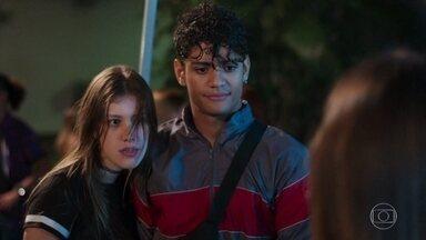 Anjinha não se segura e afasta Cleber de Nanda - Jaqueline se oferece para esperar pelo reboque com Thiago