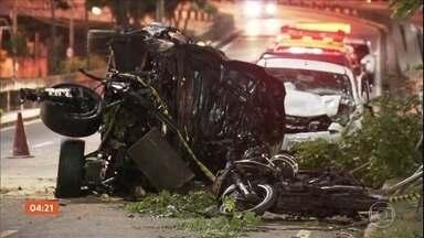 Motociclista morre após se envolver em acidente com três carros em SP - Três pessoas que estavam nos veículos ficaram levemente feridas.