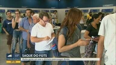 SPC aponta que 10 milhões de brasileiros usarão FGTS para quitar dívidas - Caixa Econômica Federal liberou saques de até R$ 500 para não correntistas do banco.