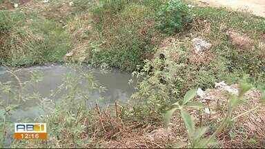 Moradores reclamam de esgoto a céu aberto em Serra Talhada - Segundo moradores problemas de lixo entulhado também atrapalha a população.