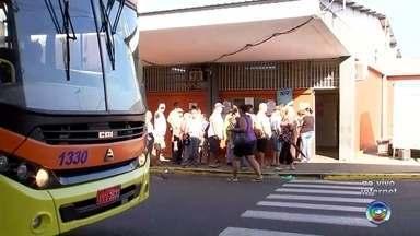 Pessoas com mais de 65 anos devem realizar cadastro para andar de ônibus gratuitamente - Os moradores de Araçatuba (SP) que tem mais de 65 anos devem fazer um cadastro para poder andar de ônibus gratuitamente na cidade.