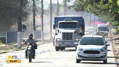 Muitos caminhoneiros desrrespeitam lei e trafegam em vias de Maceió - Desde 2014, há determinações de horários específicos para esses trafegarem em ruas e avenidas específicas da capital.