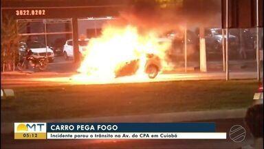 Carro pega fogo e trânsito para na av. do CPA em Cuiabá - Carro pega fogo e trânsito para na av. do CPA em Cuiabá