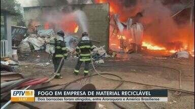 Barracões de reciclagem pegam fogo em Américo Brasiliense - Corpo de Bombeiros foi acionado por volta das 4h30 da madrugada para controlar as chamas.