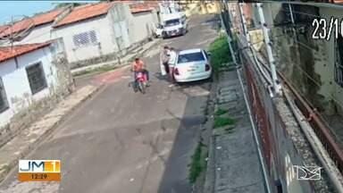 Polícia tenta localizar dois assaltantes que realizaram assaltos em Santa Inês - Em um dos crimes, toda ação foi gravada por câmeras de segurança de uma casa.