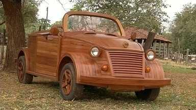 Marceneiro cria carro de madeira em Santa Fé do Sul - Um marceneiro de Santa Fé do Sul (SP) resolveu unir a profissão com a paixão e criou um carro de madeira.