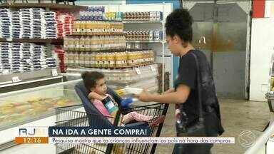 """Pesquisa mostra que as crianças influenciam os pais na hora das compras - Especialista ajuda pais a resistirem as """"carinhas fofas"""" no momento da compra."""