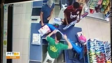 Assaltantes compram guarda-sol para não serem identificados por câmeras - Assaltantes compram guarda-sol para não serem identificados por câmeras