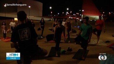 Goianienses aproveitam o feriado para curtir o Centro Cultural Oscar Niemeyer - Grupo se reuniu para a prática de Yoga.