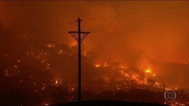 Incêndios florestais obrigam milhares de pessoas a deixarem suas casas na Califórnia (EUA) - A vegetação seca e ventos de até 110 quilômetros por hora ajudam a espalhar o fogo. São vários focos. O maior deles atinge a região de produção de vinhos.
