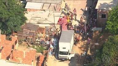Globocop flagra roubo de cargas no Complexo da Pedreira, no Rio de Janeiro - O globocop flagou um caminhão roubado sendo saqueado em uma favela do Complexo da Pdreira, na zona Norte do Rio. Depois que a carga foi descarregada, homem sem camisa e com o rosto coberto, dirigiu, em alta velocidade, e abandonou o veículo.