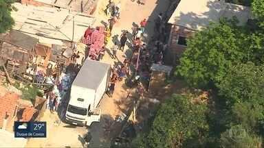 Três caminhões são roubados por uma quadrilha que age no Complexo da Pedreira - Os bandidos descarregaram os produtos no mesmo local e que fica bem perto de um dos acesso da comunidade.