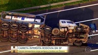 Carreta interdita rodovia em São Paulo - Veículo transportava carga perigosa e tombou em Osasco